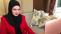 <p>Meski sedang hamil, Siti Nurhaliza tetap aktif bekerja walaupun sebagian besar dilakukan dari rumah mengingat kondisi pandemi. (Foto: Instagram @ctdk)</p>