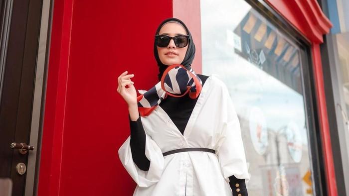 5 Inspirasi Hijab Outfit dengan Belt ala Influencer Mega Iskanti
