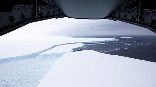 Ilmuwan melaporkan retakan raksasa pada es di Antartika makin parah dan siap memisahkan pecahan es itu dari daratan.