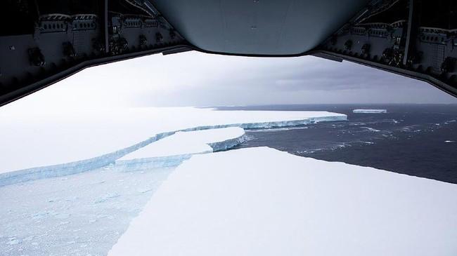Gunung es raksasa A68a baru terbelah menjadi dua pada pekan lalu. Namun, ancamannya belum usai karena masih besarnya ukuran bagian yang terpecah.