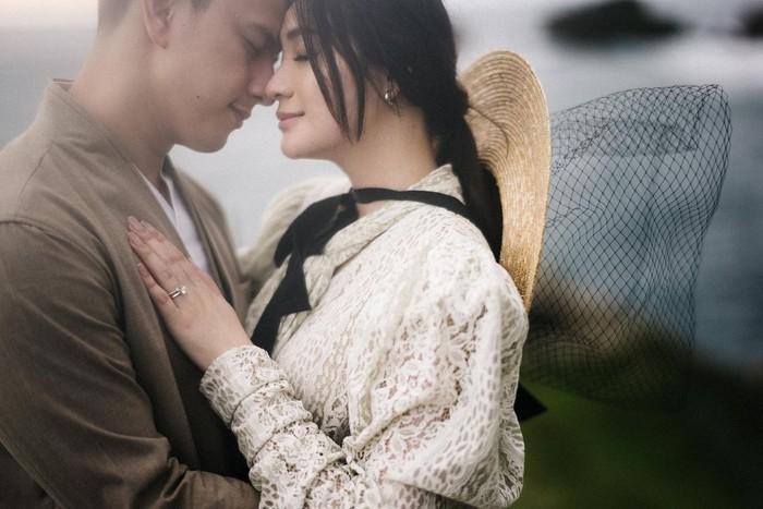 Unggahan foto-foto prewedding pasangan ini pun sukses bikin warganet baper. Banyak yang turut memberikan selamat dan doa untuk pasangan yang akan segera menikah ini. Tak sedikit pula yang memuji konsep prewedding mereka yang romantis dan tak biasa. (Foto: instagram.com/caliaphoto)