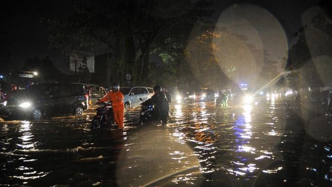 Hujan deras yang memicu banjir di Kota Bandung pada Kamis (24/12) melumpuhkan beberapa kegiatan warga. Banyak kendaraan dan rumah terendam akibat banjir.