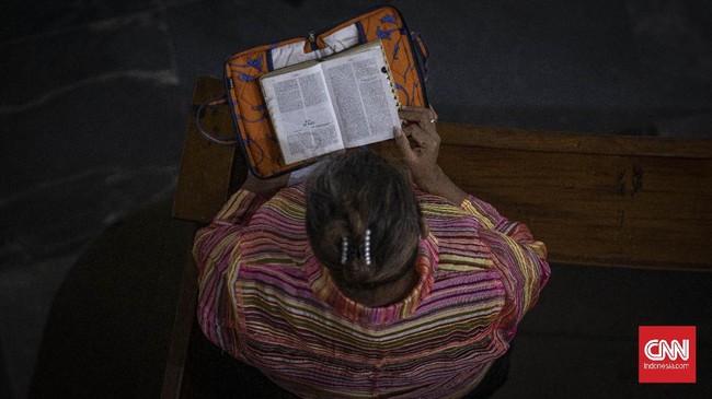 Umat Kristiani mengikuti misa Natal di GPIB Immanuel, Jakarta, pada Kamis (24/12), dengan protokol kesehatan yang ketat.