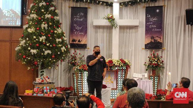 Pelaksana tugas (Plt) Wali Kota Surabaya, Whisnu Sakti Buana meninjau pelaksanaan Misa Malam Natal di Gereja Kristen Indonesia (GKI) Diponegoro Surabaya.