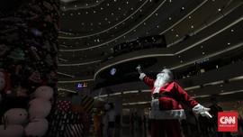 FOTO: Santa Claus Hibur Pengunjung Mal saat Natal
