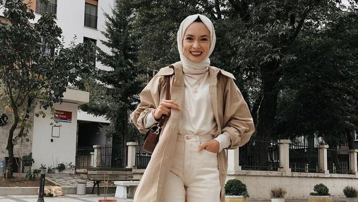 Tetap Stylish di Musim Hujan dengan Mix and Match Outfit Hijab dan Long Coat