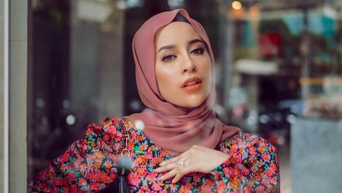5 Gaya Hijab degan Pashmina Tanpa Peniti atau Jarum Pentul!