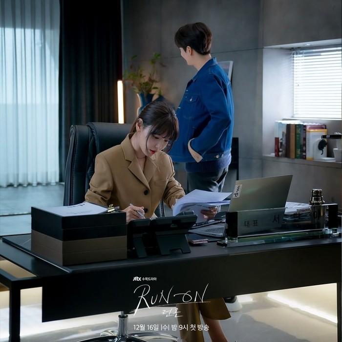 Seo Dan Ah berperan sebagai CEO sebuah agensi olahraga. Sosoknya yang tegas didukung dengan gaya berpakaiannya. Salah satunya dengan setelan blazer coklat polos dan celana panjang yang terlihat membuatnya nyaman saat bekerja di dalam kantor (Foto:Instagram/jtbcdrama)