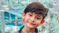 <p>Dari hasil pernikahannya dengan Galih Ginanjar, Fairuz A Rafiq dikarunia seorang anak laki-laki bernama King Faaz. Selain berparas ganteng, ternyata King Faaz juga jago menghafal Al-Qur'an nih. Dalam sebuah acara televisi, di usia 8, King Faaz melantunkan QS. AL-Fajr, suara dan bacaannya indah bikin ibunda terharu.</p>