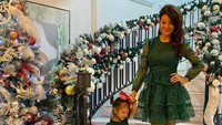 <p>Farah Quinn bersama Yaya tampak anggun berpose di tangga dikelilingi oleh ornamen Natal. Kompak banget ya ibu dan anak satu ini.</p>