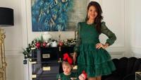 <p>Farah Quinn bersama anak perempuannya terlihat cantik mengenakan dress berwarna hijau. Keduanya ikut memeriahkan peryaan Natal tahun ini.</p>