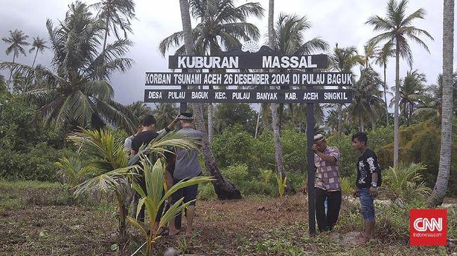 Hampir 100 jenazah korban tsunami Aceh yang terbawa ke Kepulauan Banyak, Aceh Singkil dimakamkan secara massal di Pulau Baguk.