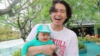 <p>4. Dalam potret ini, baby Shaquille terlihat makin mirip dengan ayahnya, ya? Bunda setuju, enggak?(Foto: Instagram @cutratumeyriska)</p>