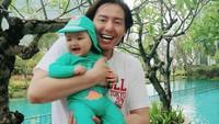 <p>2. Tak terasa, bayi laki-laki yang kini berusia 5 bulan ini terlihat semakin ganteng dan menggemaskan ya, Bunda?(Foto: Instagram @cutratumeyriska)</p>