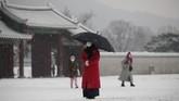 Istana Gyeongbok di Seoul, Korsel, yang biasanya ramai dengan wisatawan, kini sepi dan muram akibat pandemi yang masih marak kala musim dingin tiba.