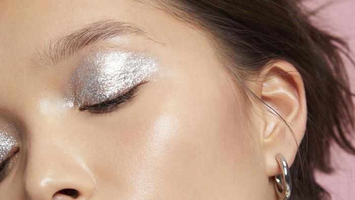 Rekomendasi 6 Eyeshadow Silver yang Akan Membuat Riasan Mata Berkilau