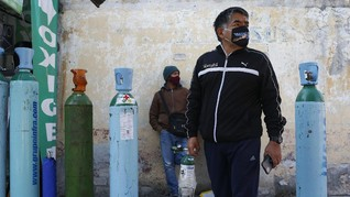 FOTO: Keluarga Pasien Corona 'Berburu' Oksigen di Meksiko