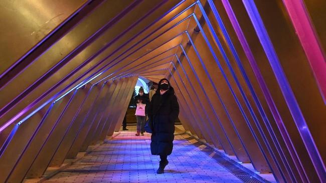 Para warga Montreal, Kanada, masih bisa melakukan terapi cahaya melawan Covid-19 di tengah musim dingin.