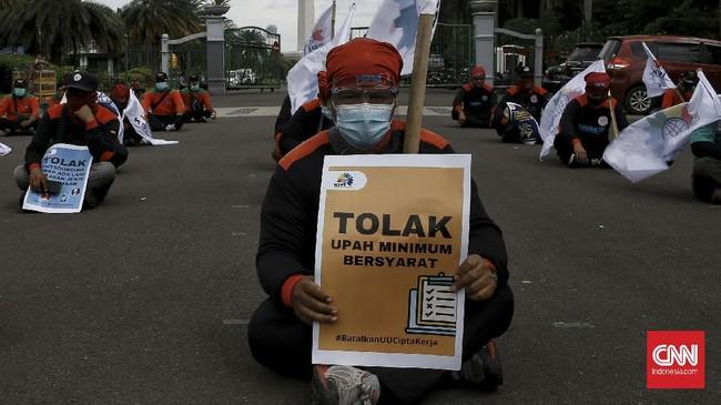 Buruh menggelar demo penolakan Omnibus Law UU Cipta Kerja di kawasan Patung Kuda, Monas, Jakarta, Selasa (29/12).