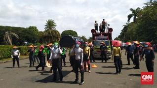 Massa Buruh Demo Tolak UU Ciptaker Mulai Tiba di Monas
