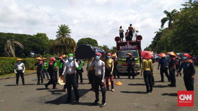 Massa buruh demo tolak Omnibus Law UU Ciptaker mulai tiba di kawasan silang Monas, Jakarta. Mereka menuntut UU Ciptaker dibatalkan