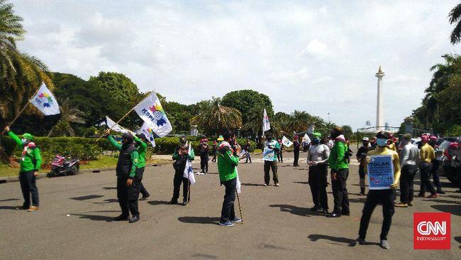 Massa aksi dari elemen buruh mengancam bakal terus menggelar demonstrasi hingga Omnibus Law UU Cipta Kerja dibatalkan.