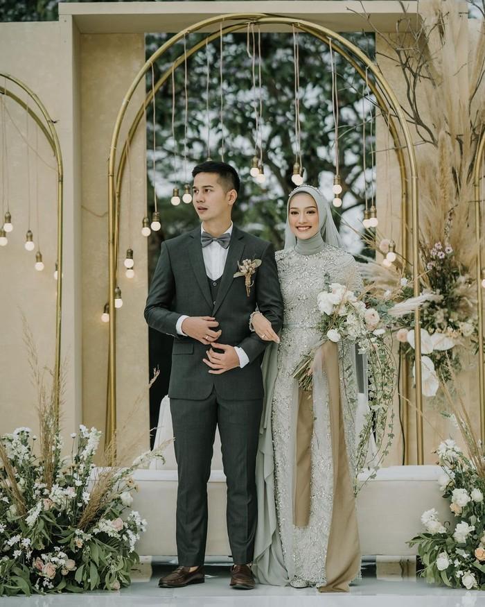 Selanjutnya ada Mega Iskanti yang juga memutuskan menikah di tahun ini. Pernikahannya bersama sang suami Muhammad Najauta dilangsungkan pada 4 April lalu, Ladies. Influencer stylish yang satu ini pun kerap membagikan momen romantisnya bersama sang suami (Foto: www.instagram.com/megaiskanti/).