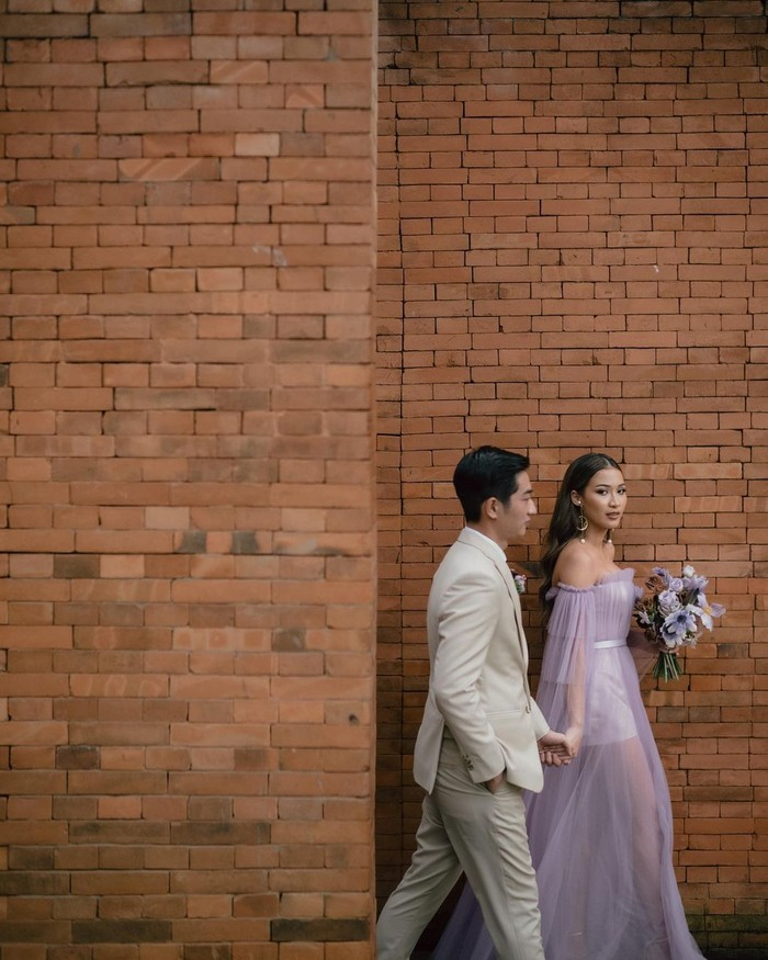 Selain Abel Cantika dan Mega Iskanti, beauty vlogger Sara Robert juga memilih tahun ini untuk melepas masa lajangnya, Ladies. Pernikahannya bersama sang kekasih, William Louis, pun belum lama ini dilangsungkan. Tepatnya pada 23 Desember lalu (Foto: www.instagram.com/sararobert/).