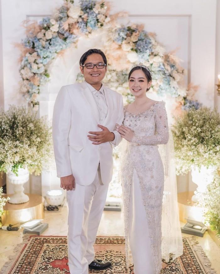 Kali ini ada beauty vlogger sekaligus berprofesi sebagai dokter gigi, Astari Budi yang juga menikah di tahun ini. Ia resmi dipersunting oleh kekasihnya Rama Dana pada 26 Juli lalu. Kini ia dan suami tengah menanti hadirnya calon buah hati mereka, Ladies (Foto: www.instagram.com/astaririri/).