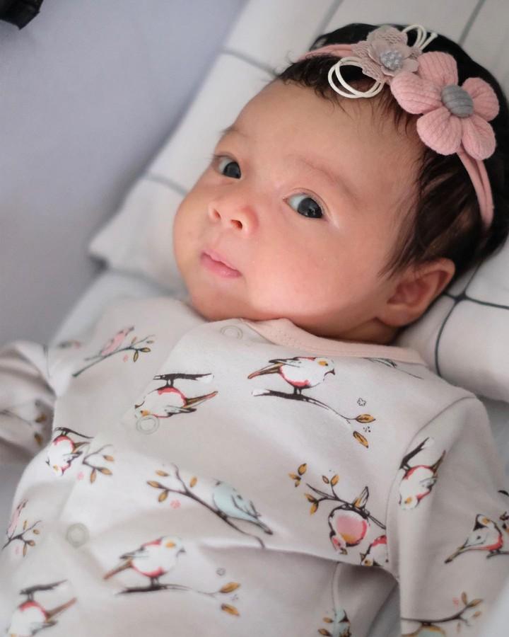 Walaupun masih kecil, semakin hari baby Cara sudah terlihat tumbuh makin cantik ya. (Foto: Instagram @riantic)