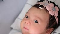 <p>Walaupun masih kecil, semakin hari baby Cara sudah terlihat tumbuh makin cantik ya. (Foto: Instagram @riantic)</p>