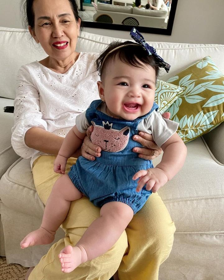 Duh gemas banget nih tawa baby Cara, bikin hati adem ya, Bunda. (Foto: Instagram @riantic)
