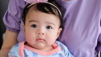 <p>Kalau dilihat-lihat, baby Cara lebih mirip bunda atau ayahnya ya? (Foto: Instagram @riantic)</p>