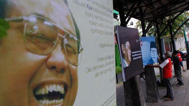 Sekretaris PCNU Kabupaten Pringsewu, Muhammad Faizin menyebut foto Gus Dur hanya terlihat di bagian sampul.