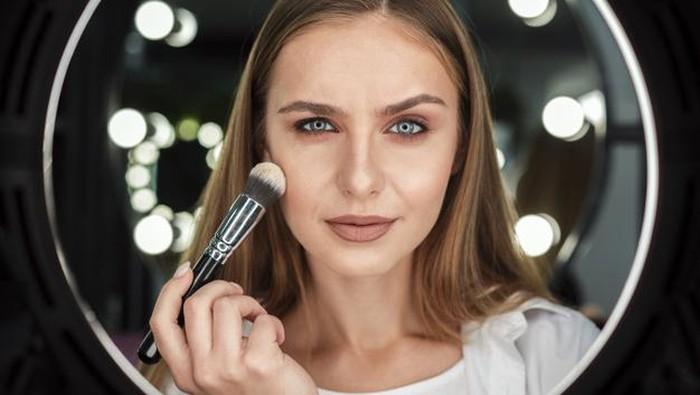 Biar Gak Dempul, Begini Lho Caranya Bikin Makeup Natural