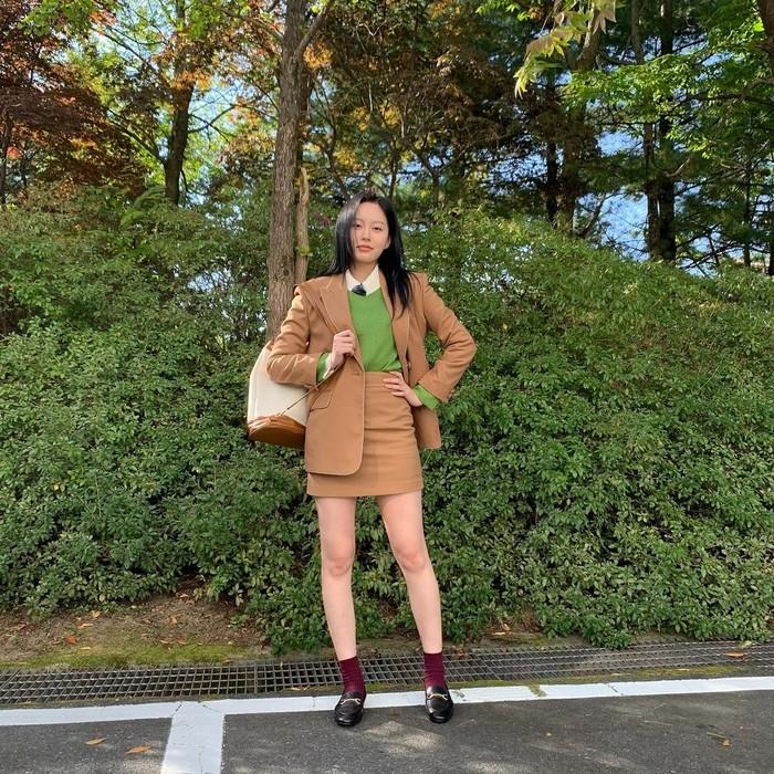 Park Yoona merupakan artis cantik kelahiran tahun 1997. Dengan rambut panjangnya, ia sering menggunakan outfit keren dengan bawahan rok pendek. Outfit ini bisa kamu jadikan inspirasi. Bernuansa earth tone, Yoona memadukan dengan setelan blus hangat dengan blazer senada dengan warna rok. (Foto : instagram.com/youna_1997)