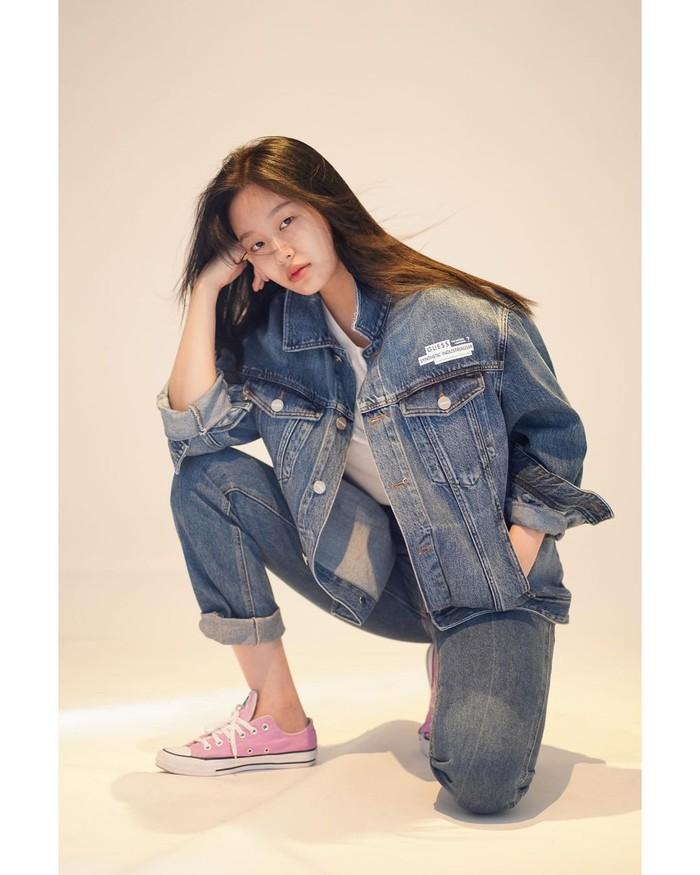 Kencan dengan memakai setelan jeans? Why not? Kamu bisa tampil casual dan stylish seperti penampilan Park Yoona. Padukan dengan sneaker favorit untuk nge-date bareng gebetan atau pasangan kamu. (Foto : instagram.com/youna_1997)