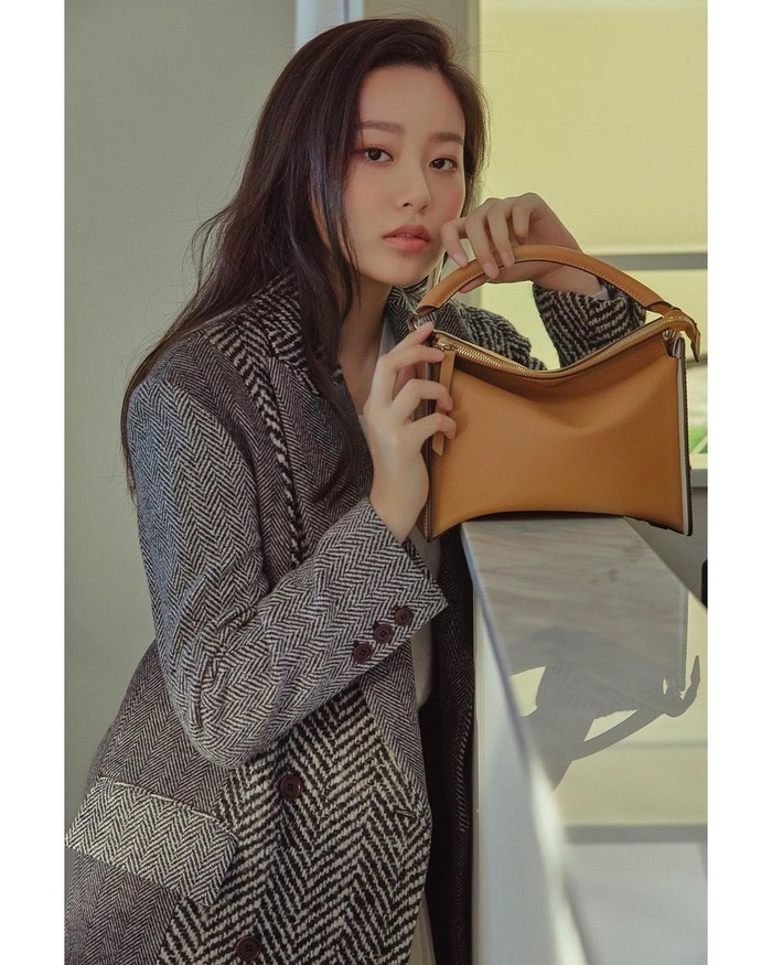 Untuk outfit kencan di musim hujan, jangan lupa untuk menggunakan baju hangat atau jaket. Salah satu inspirasi yang bisa kamu coba adalah outfit Park Yoona ini.Selain jaket,blazer yang nyaman dan menghangatkan juga cocok. (Foto : instagram.com/youna_1997)