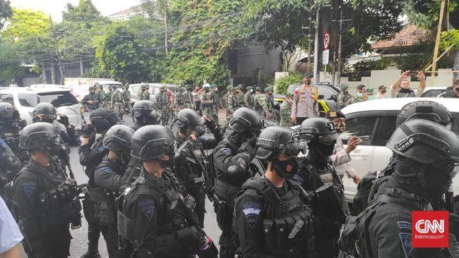 Pasukan polisi berpakaian lengkap mendatangi kawasan Petamburan, Jakarta Pusat menuju Serkretariat Dewan Pimpinan Pusat Front Pembela Islam (DPP FPI).