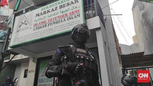 Setelah Munarman ditangkap polisi, tim Densus 88 Antiteror menemukan empat kaleng bubuk putih saat menggeledah bekas markas FPI di Petamburan, Jakarta Pusat.