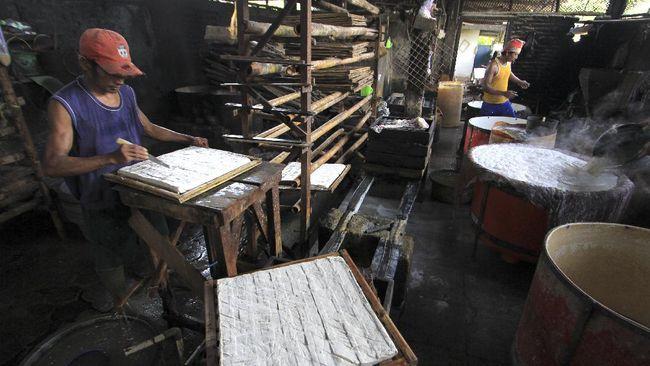 Perajin tempe dan tahu di Jakarta dan Jawa Barat akan mogok produksi pada 1,2 dan 3 Januari untuk memprotes harga kedelai yang mahal.