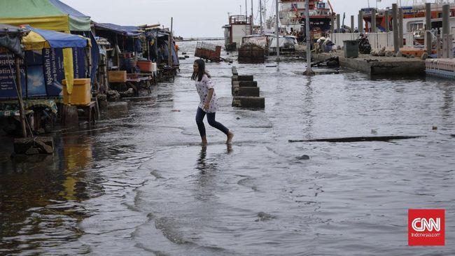 BPBD DKI Jakarta meminta warga waspada banjir usai tinggi muka air di hulu Sungai Angke, Jakarta Utara telah siaga 3.