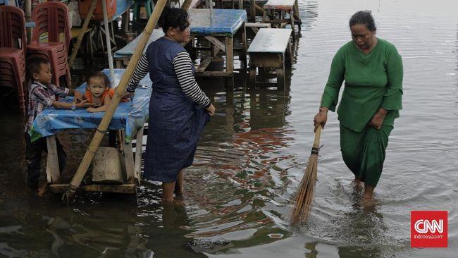 Tujuh Rukun Tetangga yang terendam genangan banjir berada Jakarta Utara. Genangan juga tercatat melanda 15 titik jalanan di Jakarta Barat dan Jakut.