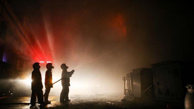 Petugas Pemadam Kebakaran dilaporkan masih berupaya memadamkan api kebakaran di Kantor LRT Pegangsaan 2, Kelapa Gading, Jakarta.