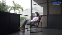 <p>Di hari kedua isolasi, Maia Estianty menyempatkan diri untuk berolahraga ringan dan berjemur sinar matahari di balkon luar. (Foto: YouTube Maia Aleldul TV)</p>