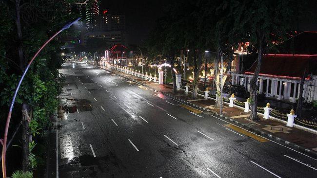 Wakil Gubernur DKI Ahmad Riza Patria menginstruksikan ketua RT di DKI menyiapkan detail dan teknis pengaturan jam malam untuk menekan penyebaran covid.
