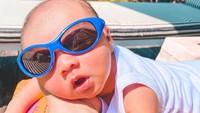 <p>Gemas baget ya, Bunda, lihat Baby Air berjemur pakai kacamata hitam. (Foto: Instagram @airrumiakbar1453) </p>