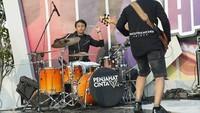 <p>Tak cuma jadi vokalis dan gitaris, Restu ternyata mahir bermain drum lho. Keren ya, Bunda? (Foto: Instagram @restuvht)</p>