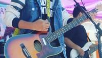 <p>Remaja 15 tahun ini juga jago bermain gitar. Dalam unggahan di Instagram miliknya, Rastu sering membagikan momen saat bernyanyi sambil bermain gitar. (Foto: Instagram @restuvht)</p>