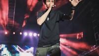 <p>Mengikuti jejak Charly Van Houten, Restu mulai meniti karier sebagai vokalis. (Foto: Instagram @restuvht)</p>